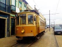 Historisk spårvagn på gatan i Porto, Portugal royaltyfri foto