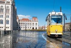 Historisk spårvagn som förbigår parlamentet i Budapest, Ungern Royaltyfri Foto