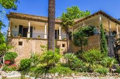 Historisk spanjor hus och trädgård på Alfabia Arkivbild