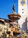 Historisk springbrunn i domkyrkafyrkanten av Trento Fotografering för Bildbyråer