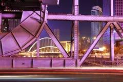 Historisk stålbro av natten Arkivbild