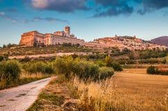 Historisk stad av Assisi på solnedgången, Umbria, Italien royaltyfria foton