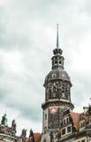 Historisk stad av Dresden Gammalt klockatorn i Dresden royaltyfri foto