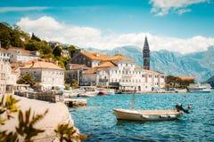 Historisk stad av Perast p? fj?rden av Kotor i sommar, Montenegro royaltyfria bilder