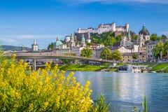 Historisk stad av Salzburg med den Salzach floden i sommar, Österrike arkivfoton