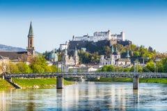 Historisk stad av Salzburg med den Salzach floden i vår, Österrike Royaltyfri Foto