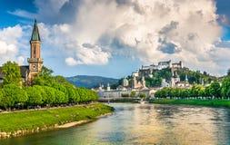 Historisk stad av Salzburg med dramatiska moln i sommar, Österrike Royaltyfri Foto