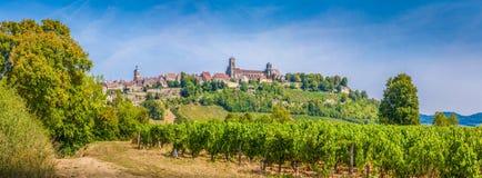Historisk stad av Vezelay med berömda Abbeyl, Bourgogne, Frankrike Arkivfoto