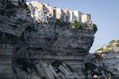 Historisk stad på en vit klippa som förbiser havet i porten av Bonifacio arkivbild
