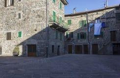 Historisk stadsmitt av den medeltida staden av Abbadia San Salvatore Arkivfoton