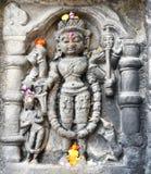 Historisk stenkonst för tappning av indiska gudar i en forntida hinduisk indisk tempel Arkivbilder