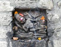 Historisk stenkonst för tappning av indiska gudar i en forntida hinduisk indisk tempel Arkivfoto