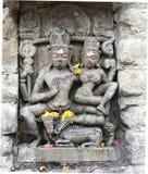 Historisk stenkonst för tappning av indiska gudar i en forntida hinduisk indisk tempel Arkivbild