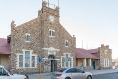 Historisk stolpe - kontor i Keetmanshoop Arkivfoton