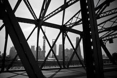 Historisk tappningjärnbro på den Shanghai bunden Arkivbild