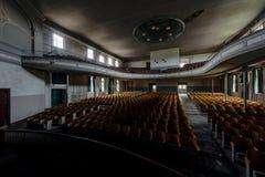 Historisk teater för två rad & krökt balkong - övergiven teater arkivfoto