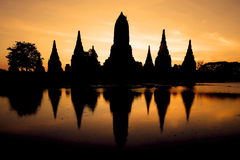 Historisk tempel med soluppgång på Thailand Royaltyfri Bild
