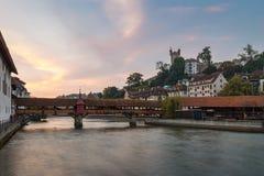 Historisk träbro över floden i Schweiz Arkivfoto
