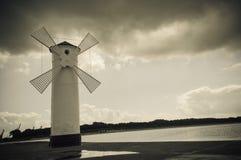 Historisk väderkvarnfyr i Swinoujscie, Polen Arkivfoton
