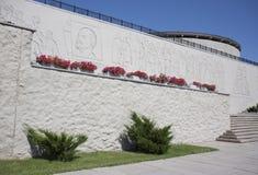 Historisk vit byggnad med buskar Arkivfoton