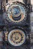 Historiska astronomical tar tid på i den gammala townen kvadrerar i Prague Fotografering för Bildbyråer