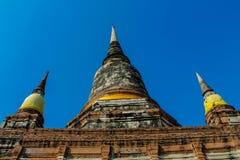 Historiska Autthaya parkerar forntida stupa och templet Royaltyfri Bild