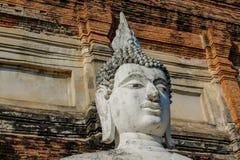 Historiska Ayutthaya parkerar den forntida Buddhastatyn arkivbild