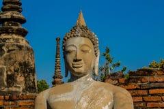 Historiska Ayutthaya parkerar den forntida Buddhastatyn royaltyfria foton