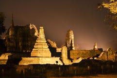 Historiska Ayutthaya parkerar vid natt Royaltyfria Bilder