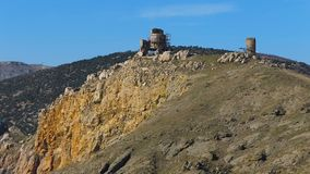 Historiska berg nära havet arkivfilmer