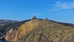 Historiska berg nära havet stock video