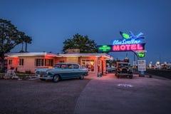 Historiska blått sväljer motellet i Tucumcari som är ny - Mexiko Royaltyfri Bild
