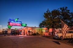 Historiska blått sväljer motellet i Tucumcari som är ny - Mexiko Arkivfoton