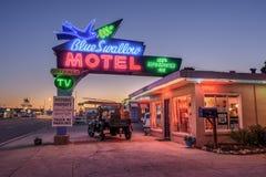 Historiska blått sväljer motellet i Tucumcari som är ny - Mexiko Arkivbilder