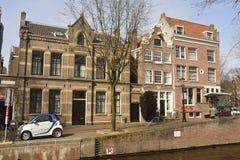 Historiska bostads- byggnader längs Lauriergracht i Amsterdam Royaltyfri Foto