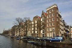 Historiska bostads- byggnader på hörnet av Prinsengracht och Runstraat i Amsterdam Royaltyfria Bilder