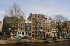 Historiska bostads- byggnader på hörnet av Prinsengracht och Runstraat i Amsterdam Royaltyfri Foto