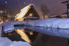 Historiska byar av Shirakawa-går i en snöig dag arkivfoton