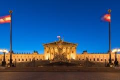 Historiska byggnaden av den österrikiska parlamentet i Wien på skymning, Arkivbild