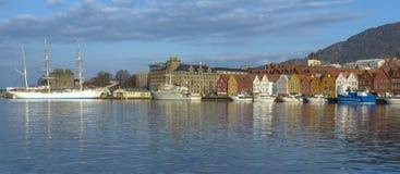 Historiska byggnader av Bryggen i staden av Bergen, Norge royaltyfria foton