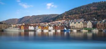 Historiska byggnader av Bryggen i staden av Bergen, Norge arkivbilder