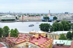 Historiska byggnader av Vasilyevsky Island och vattenområde av den Neva floden i St Petersburg, Ryssland - fågels panorama för si royaltyfria foton
