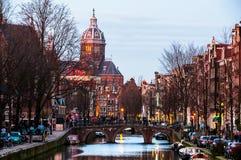 Historiska byggnader i Amsterdam, Nederländerna Arkivfoto