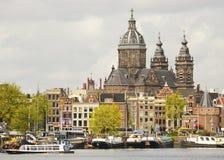 Historiska byggnader i Amsterdam, Nederländerna Royaltyfri Foto