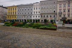 Historiska byggnader i en stadfyrkant i Linz, Österrike royaltyfria bilder