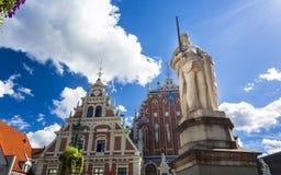 Historiska byggnader i gamla Riga arkivbilder