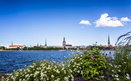 Historiska byggnader i gamla Riga royaltyfri foto