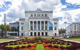 Historiska byggnader i gamla Riga royaltyfria bilder