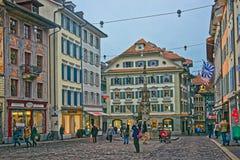 Historiska byggnader i Lucerne den gamla staden Royaltyfri Foto