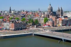 Historiska byggnader i mitten av Amsterdam Royaltyfri Bild